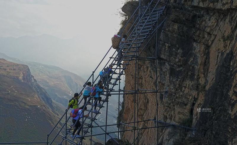 el peligroso camino al colegio de los ninos de un pueblo chino 17