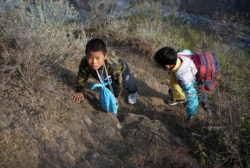 el peligroso camino al colegio de los ninos de un pueblo chino 18