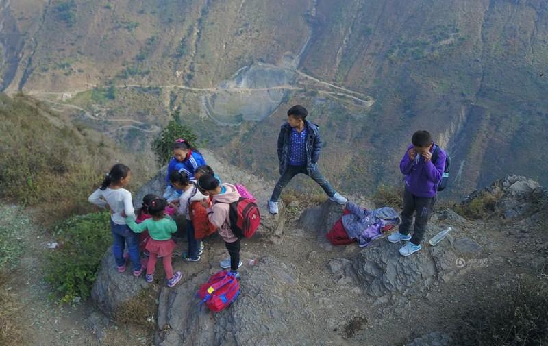 el peligroso camino al colegio de los ninos de un pueblo chino 19