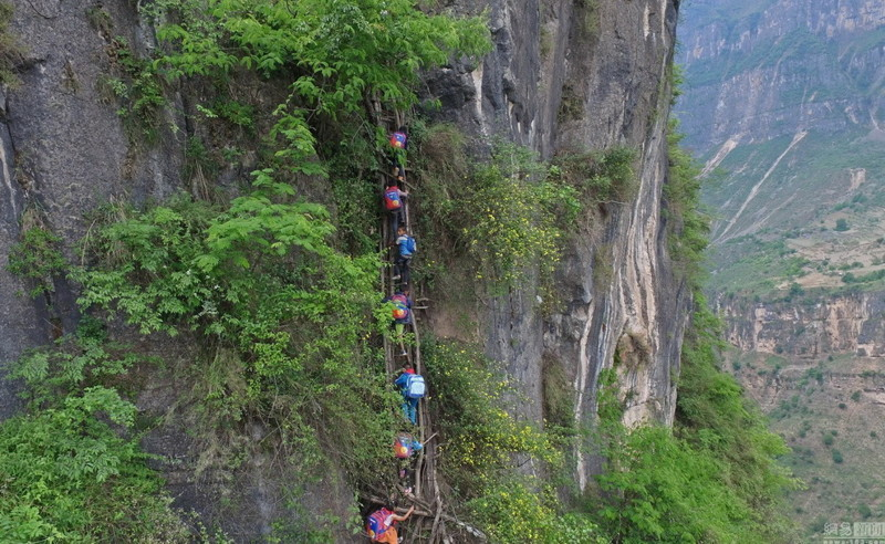 el peligroso camino al colegio de los ninos de un pueblo chino 2