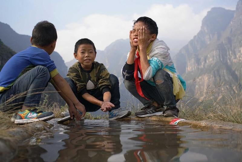 el peligroso camino al colegio de los ninos de un pueblo chino 20