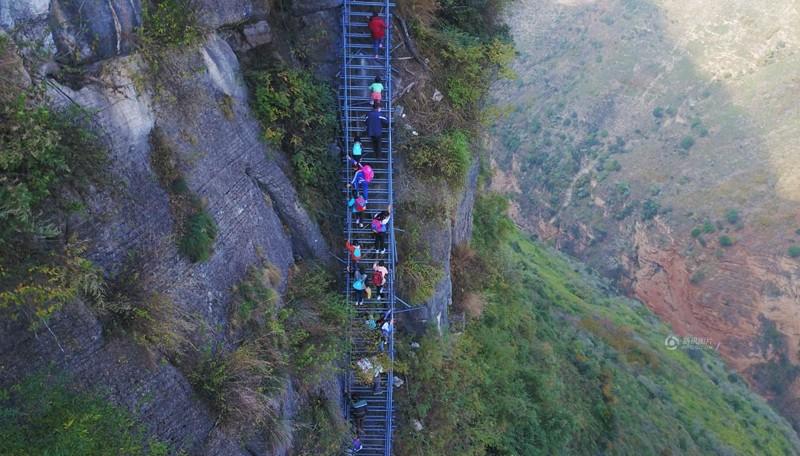 el peligroso camino al colegio de los ninos de un pueblo chino 22