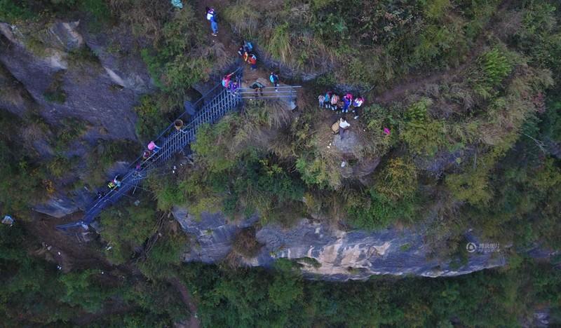 el peligroso camino al colegio de los ninos de un pueblo chino 23