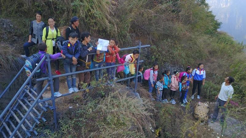 el peligroso camino al colegio de los ninos de un pueblo chino 24