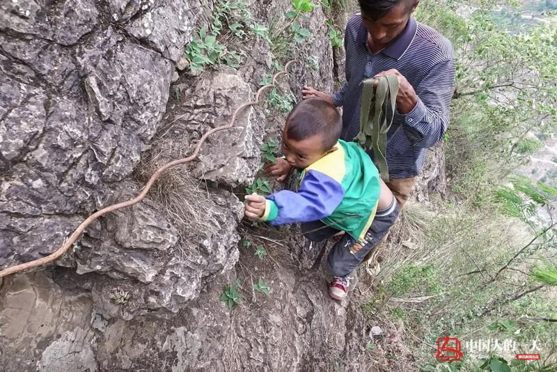 el peligroso camino al colegio de los ninos de un pueblo chino 6