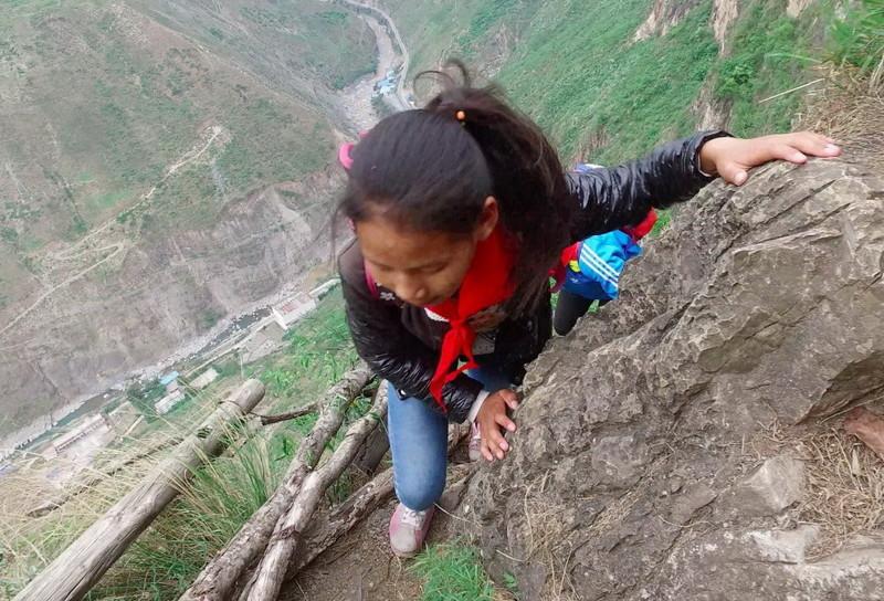 el peligroso camino al colegio de los ninos de un pueblo chino 7