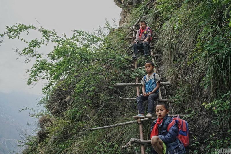 el peligroso camino al colegio de los ninos de un pueblo chino 8