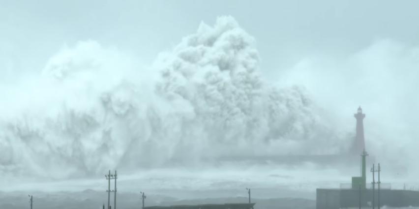 Fijaos en el tamaño de las olas comparadas con el faro /Earth Uncut TV