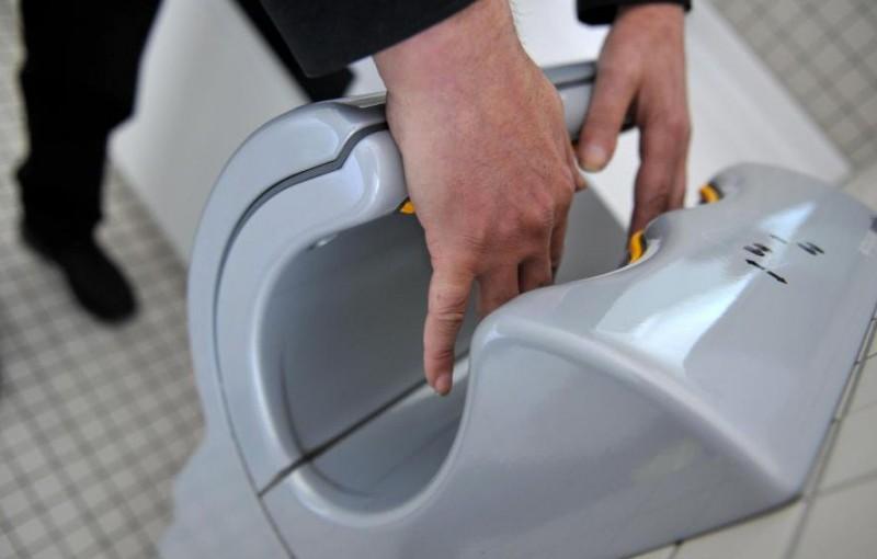 porque poner papel higienico en la taza del wc no es tan bueno como creemos 4