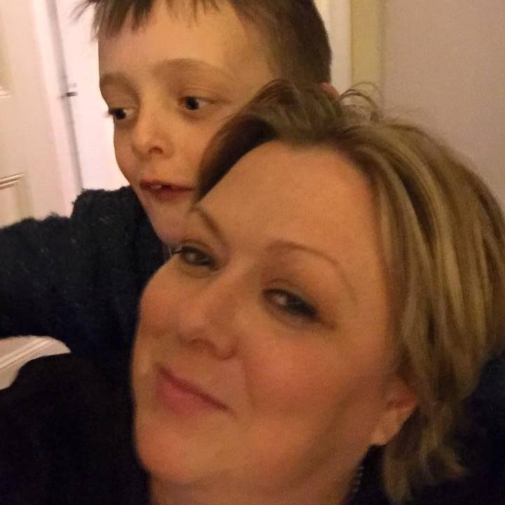 Facebook / Una Magee Brewster. Una con su hijo James