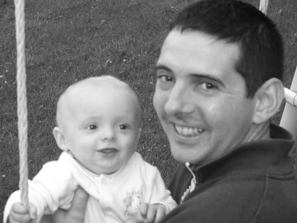 Facebook / Una Magee Brewster. Phelim con su hijo James, cuando este tenía solo un año.