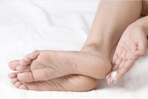 El hongo puesto en marcha entre los dedos en los pies