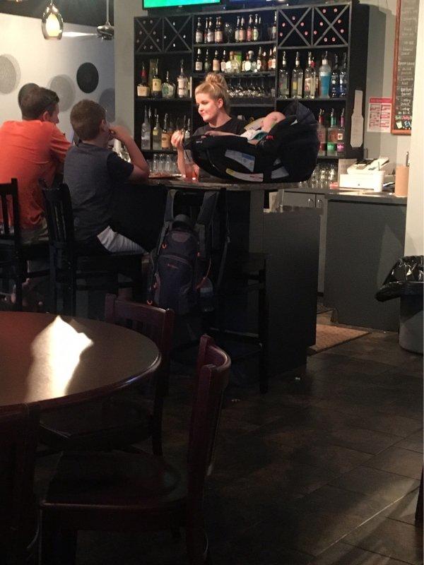 bebé en un bar