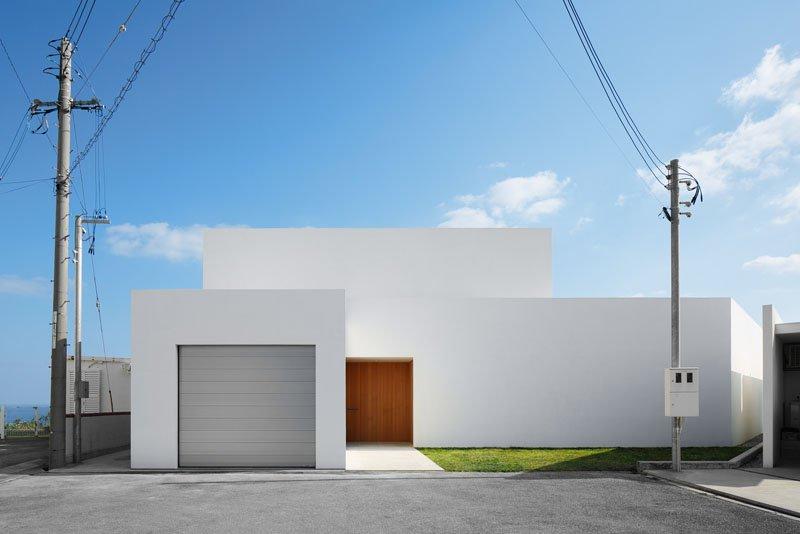 Fachada de casa minimalista blanca