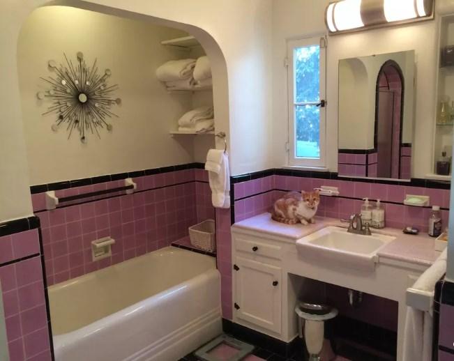 baño anticuado color rosado