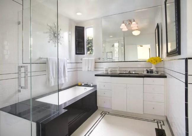 baño amplio con espejo y vidrio