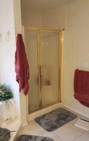 baño amplio con alfombras