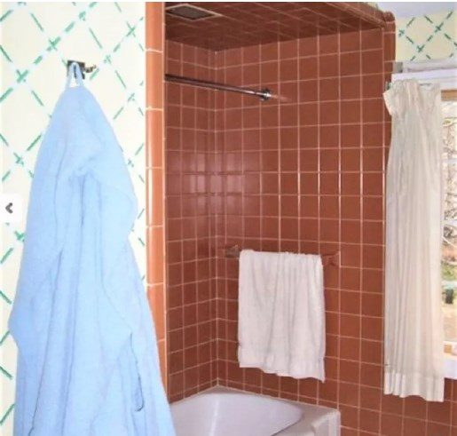 baño anticuado marrón