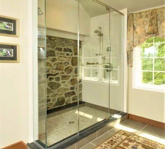 baño con piedras y vidrio