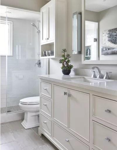 baño amplio blanco