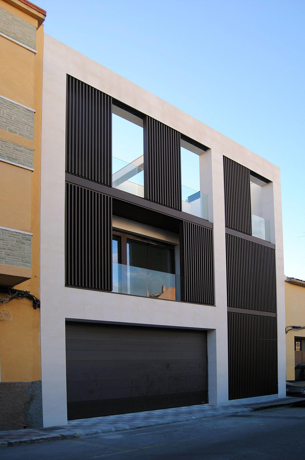 13 fachadas de casas que inspiran la voz del muro for Fachadas de casas modernas entre medianeras