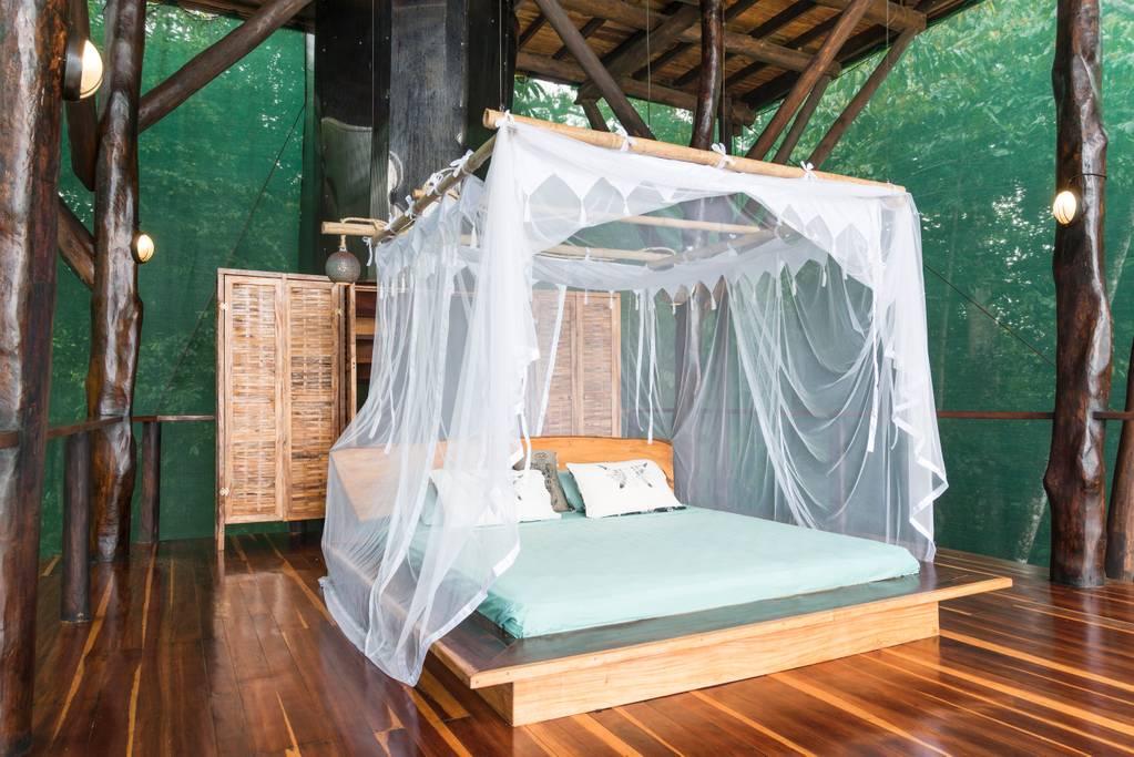cama en una casa del árbol