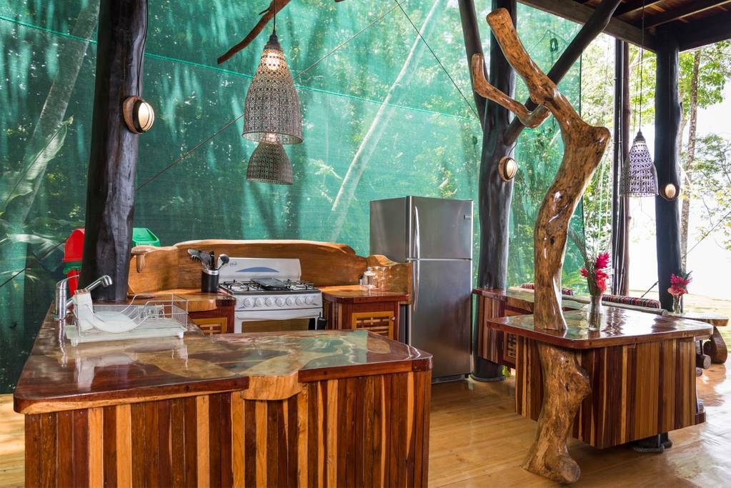 vistas de la cocina en la casa del árbol