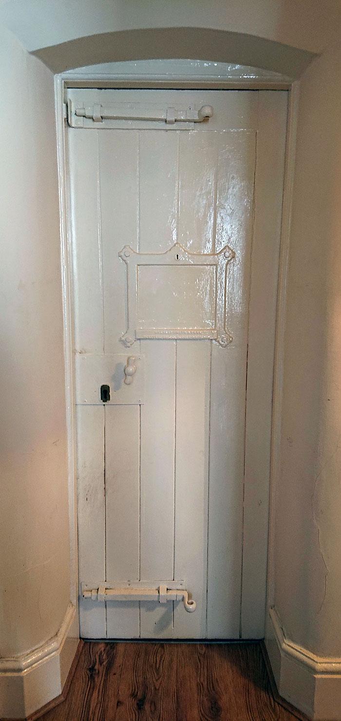 puerta blanca policia