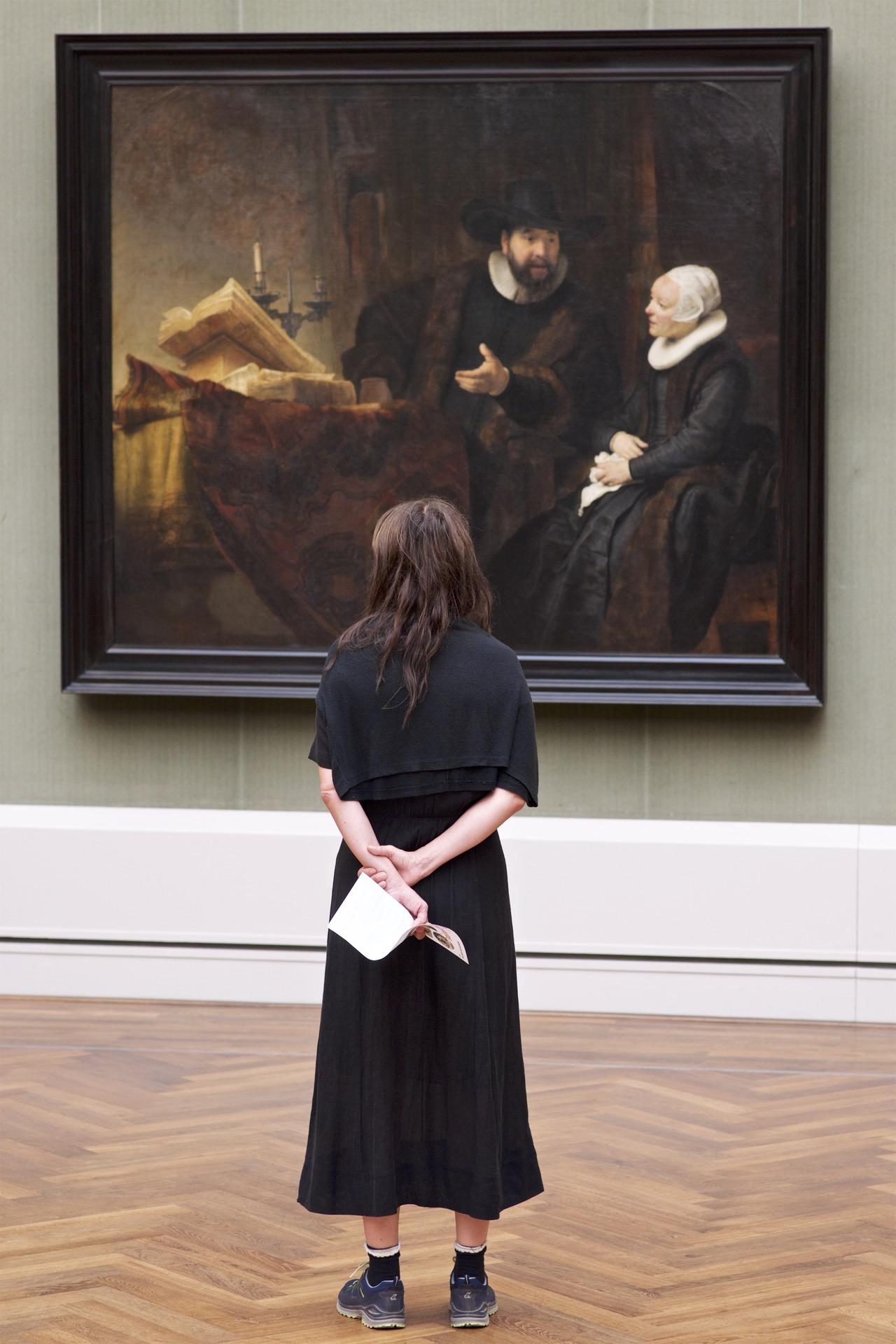 La mujer escucha la conversación del cuadro