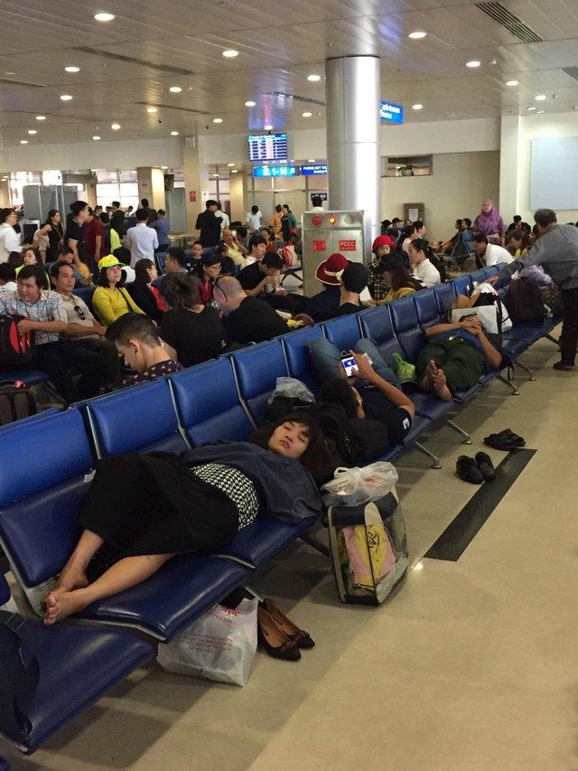 Personas durmiendo en asientos