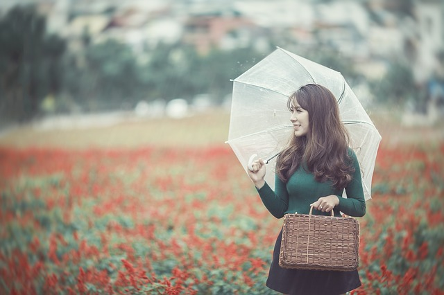 mujer, alegre, paseo
