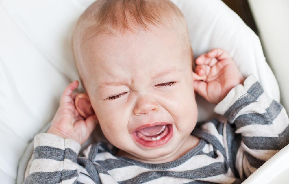 babé agarrando sus orejas