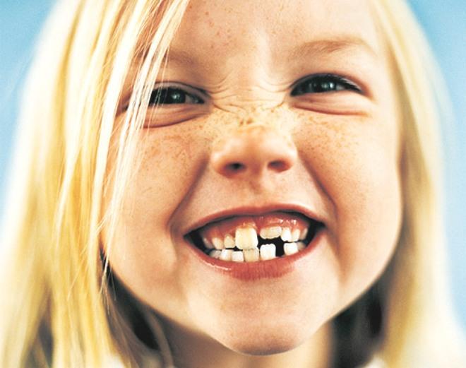 niña dientes sonrisa rubia