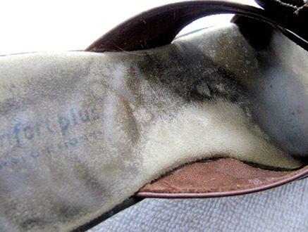 Schmutzige Sandalen