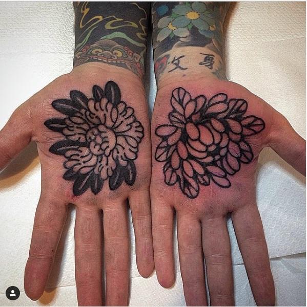 tatoo flores manos palma