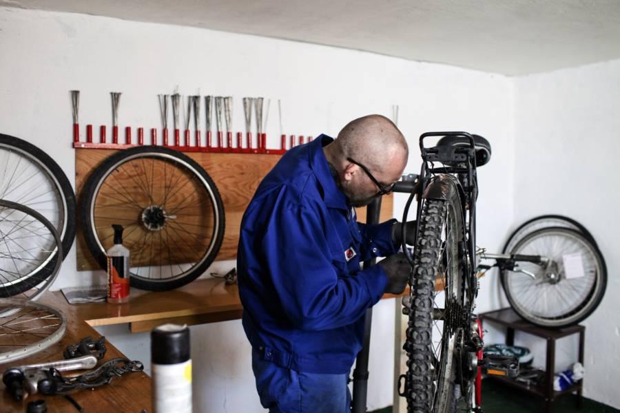 reparando bicicletas