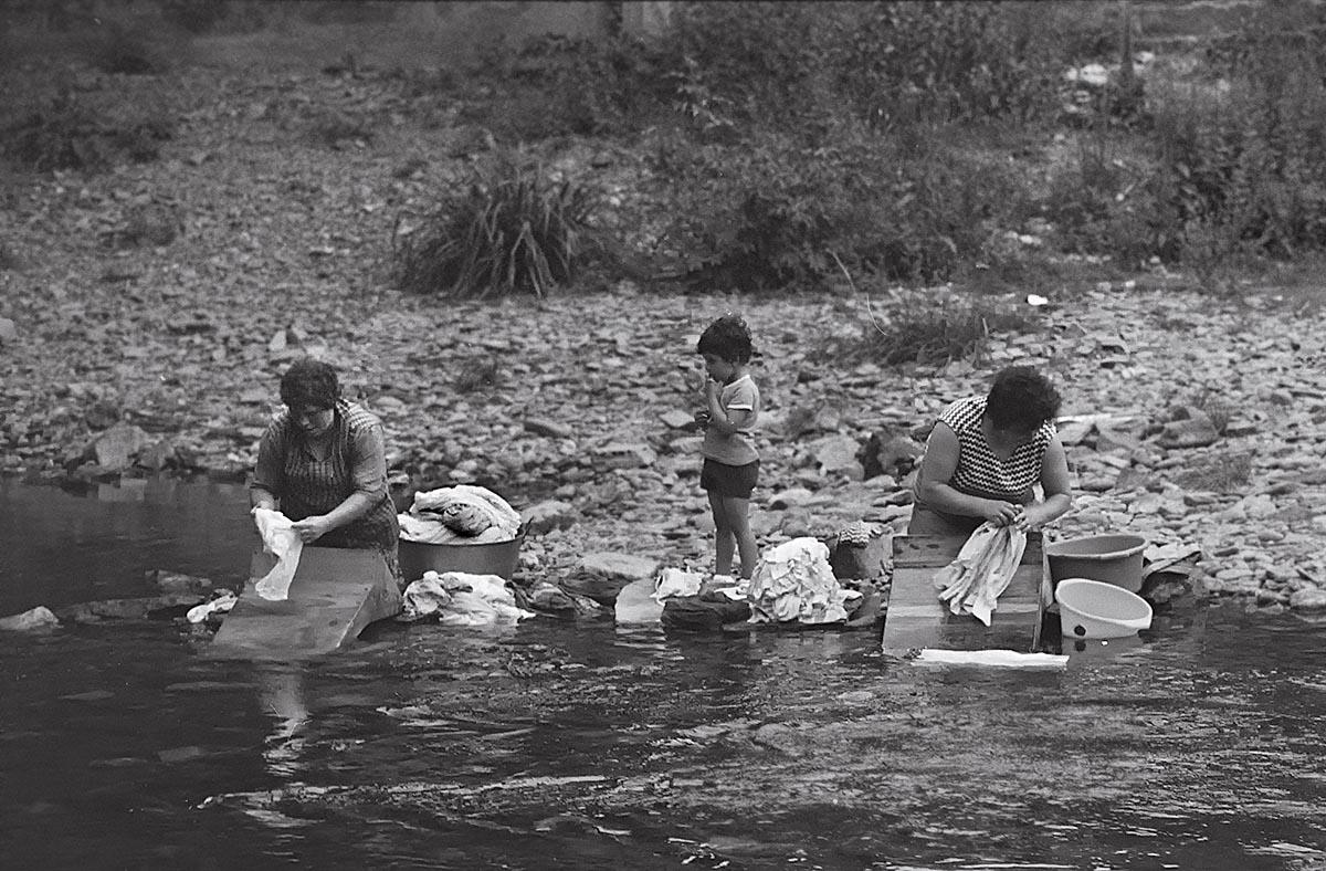 lavando en el río