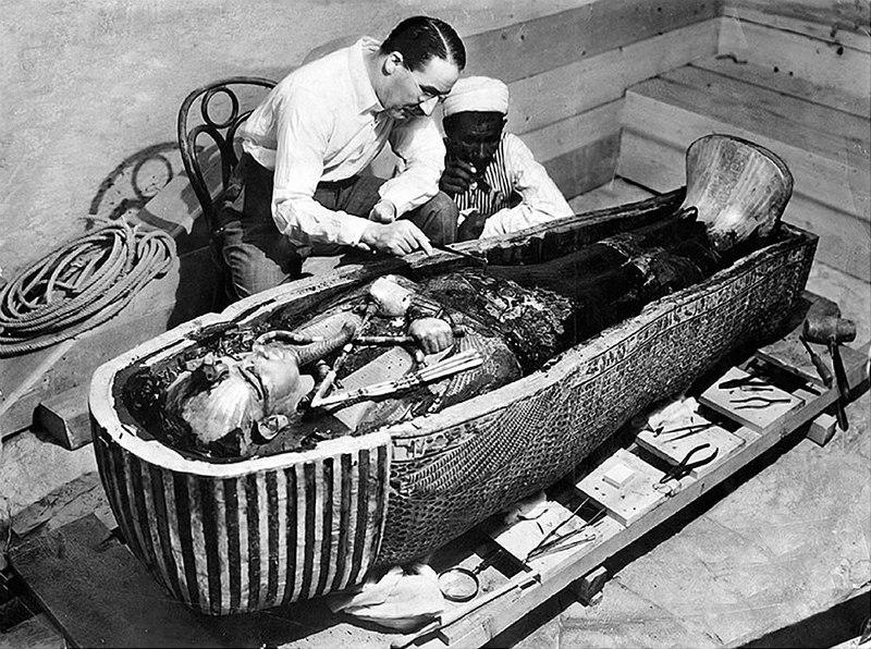 El investigador Howard Carter abriendo el ataúd en el que se encontraba Tutankamón. (Wikipedia)