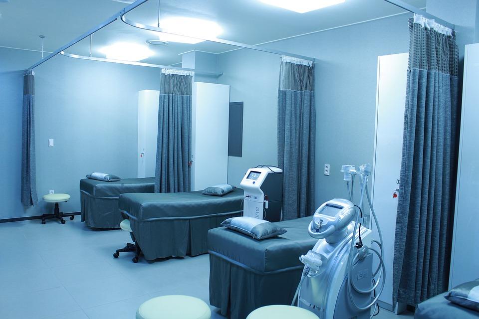 hospital sala aséptico deprimente luz azul vacío soledad