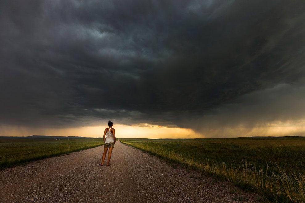 mujer tormentas carretera
