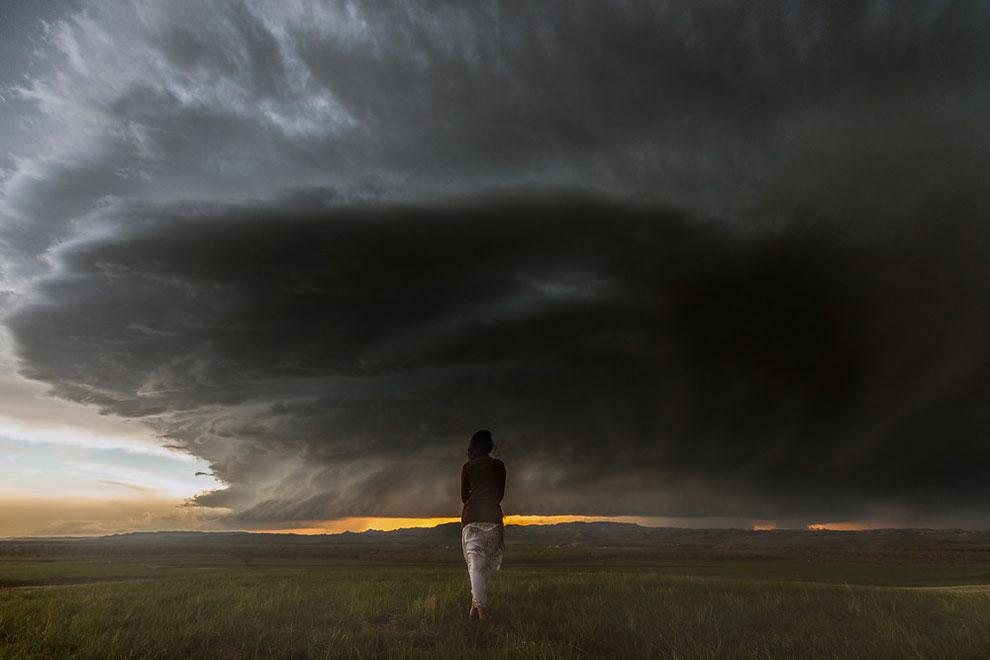 mujer con nubarrones negros