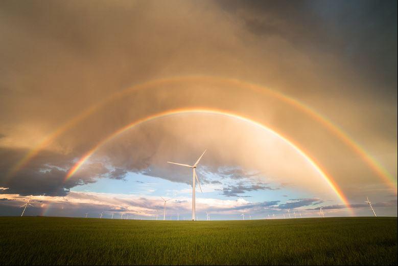 molino con arcoiris y nubes