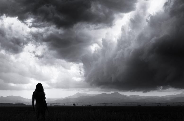 mujer con tormenta blanco y negro