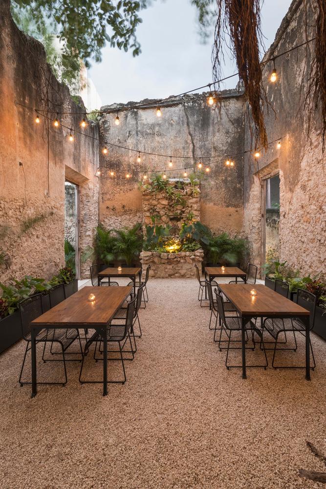 terraza con mesas casa reformada
