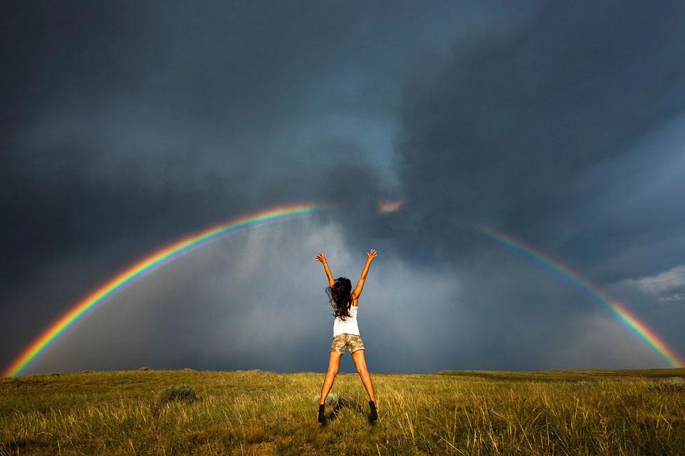 mujer posando con arcoiris