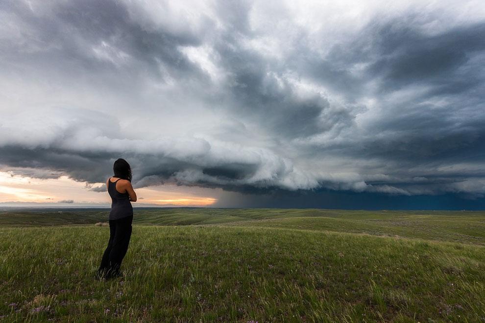 mujer posando en un campo