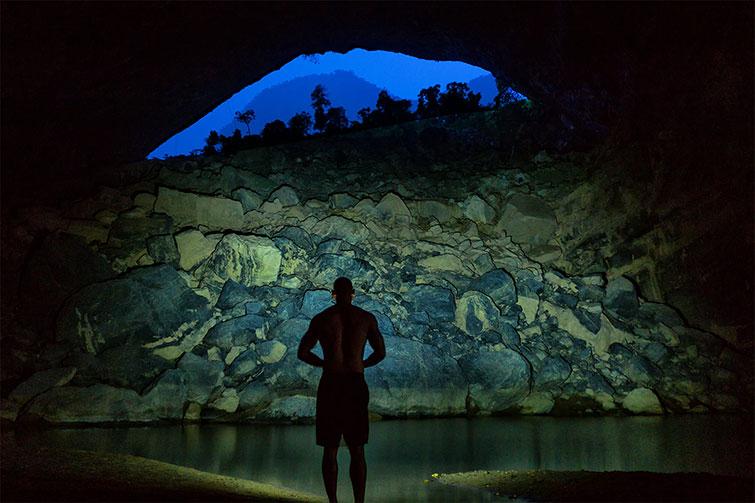 hombre bañándose en una cueva