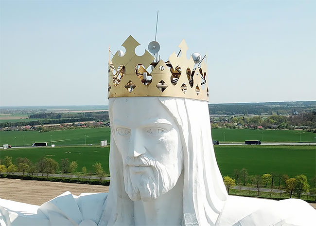 estatua cristo antenas cabeza