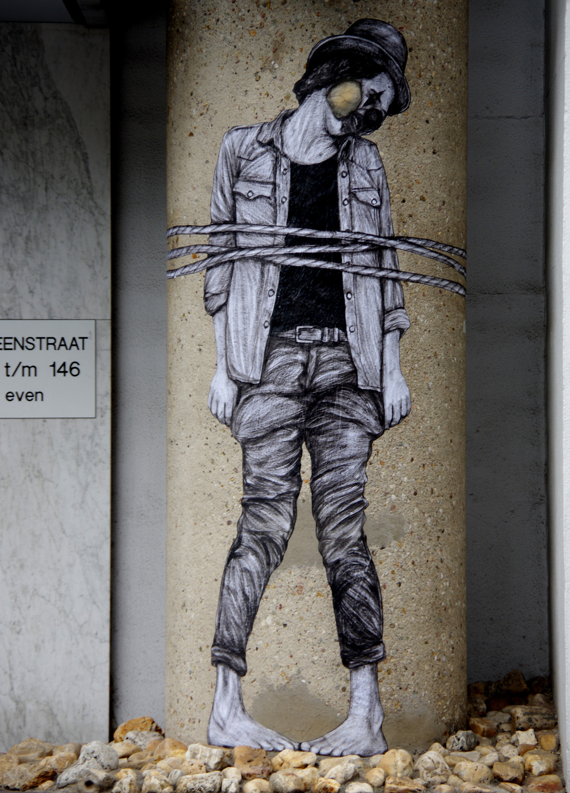 graffiti mujer atada a columna