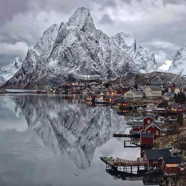 montaña nevada reflejada en agua